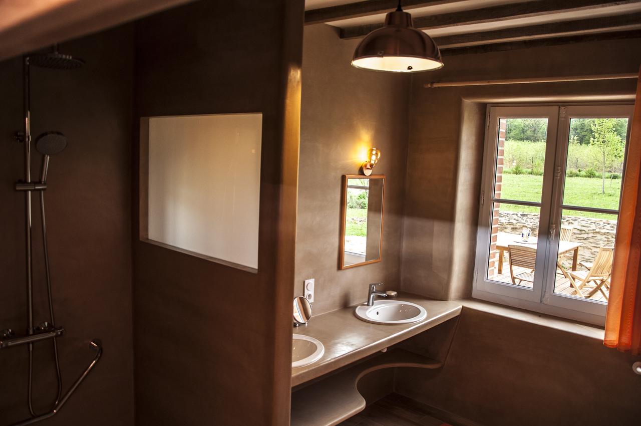 Une salle de bain avec douche en rez-de-chaussée