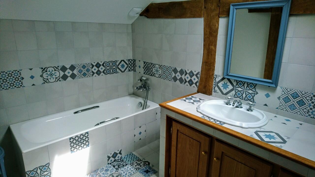 Une salle de bain avec baignoire pour un moment de relaxation