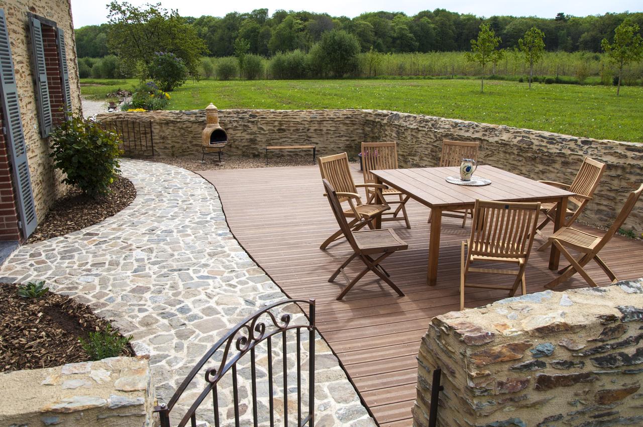 Une terrasse avec un salon de jardin pour savourer l'extérieur
